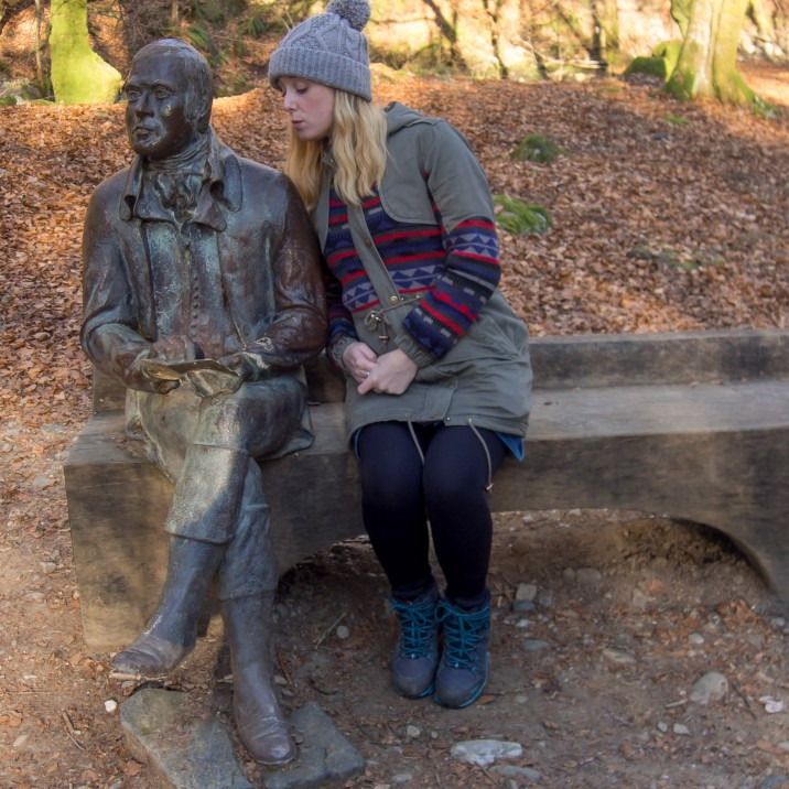 Kay Gillespie, #SmallCityTourist, having a smooch with Rabbie Burns!