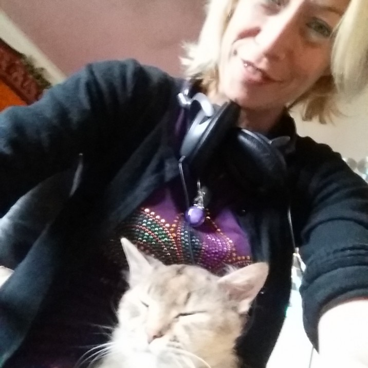 Lady Miss Emma records her fifth podcast with her cat and dog.  She tells us all about the Perth Beer Fest review and her upcoming tour with her caravan.