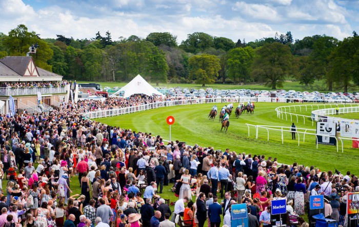 Big Crowds at Perth Races