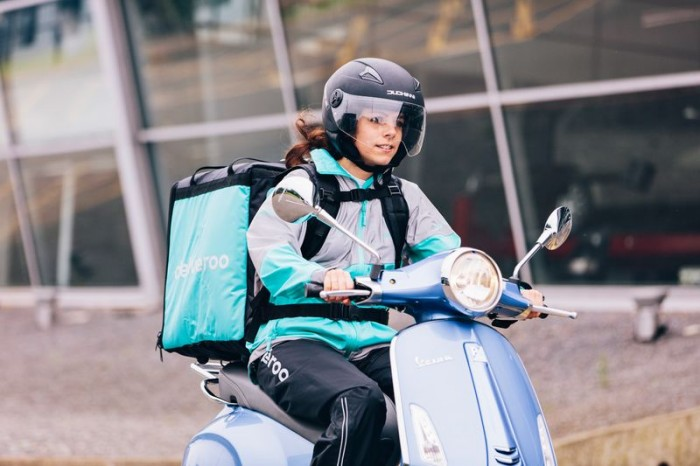 DELIVEROO-Moped front