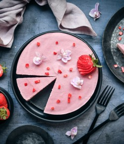 Despite its name, this Strawberry Cheesecake actually contains no cheese which means it's suitable for vegetarians and vegans.