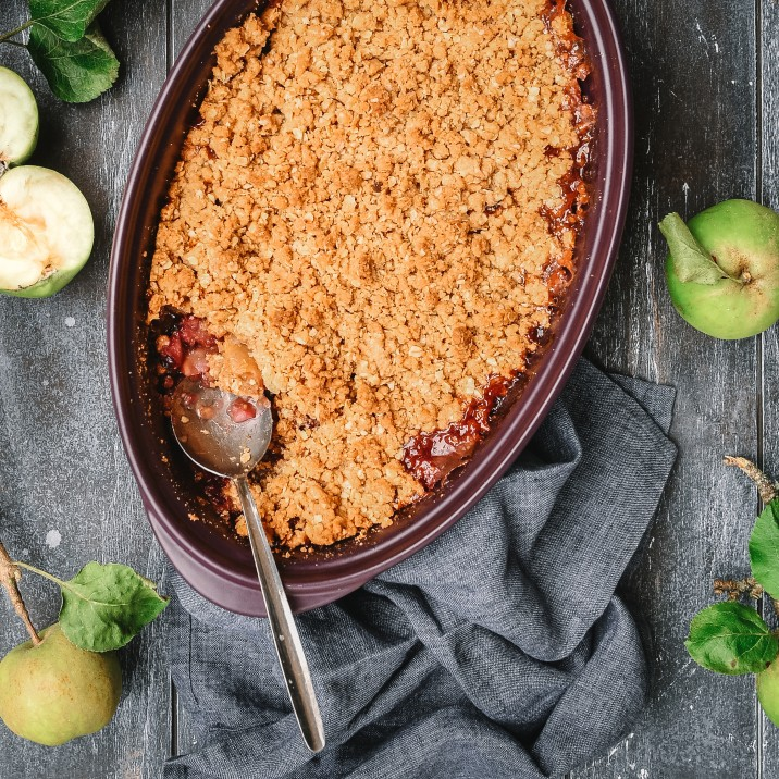Easy recipe on how to make a bramble and apple crumble.